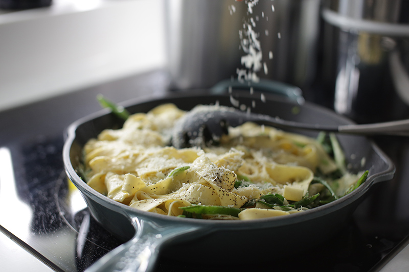 Fresh creamy tagliatelle with snap peas